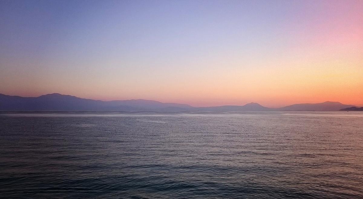 wchod slonca nad zatoka w grecji